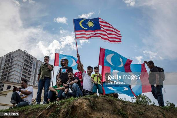Supporters of Mahathir Mohamad chairman of 'Pakatan Harapan' wait for Mohamed to be sworn in as Malaysian prime minister outside the National Palace...