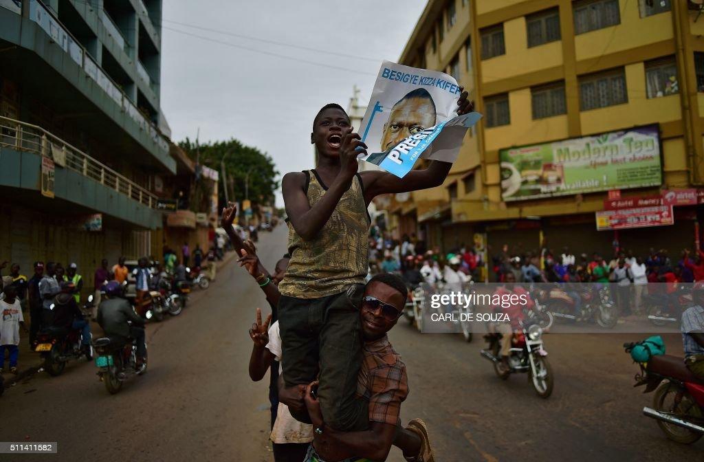 TOPSHOT-UGANDA-POLITICS-VOTE : News Photo