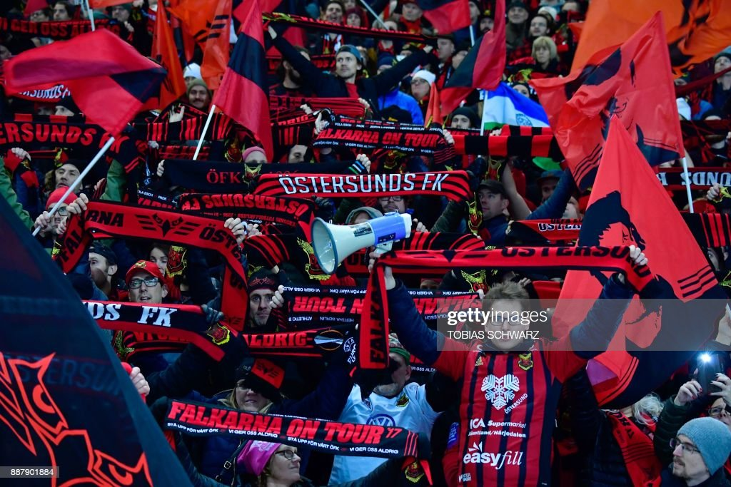 Supporters of Ostersund cheer their team prior to the UEFA Europa League group J football match Hertha BSC Berlin vs Ostersund FK on December 7, 2017 in Berlin. PHOTO / Tobias SCHWARZ