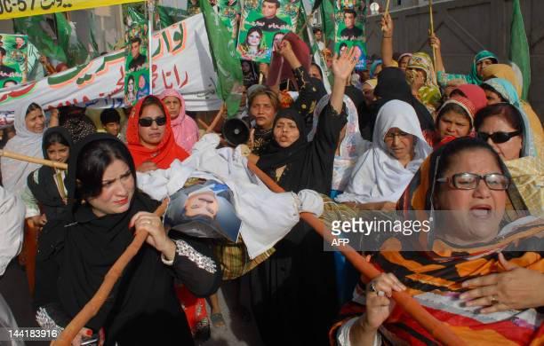 Supporters of Pakistan's main opposition leader Nawaz Sharif of the Pakistan Muslim League Nawaz carry effigies representing Pakistani Prime Minister...