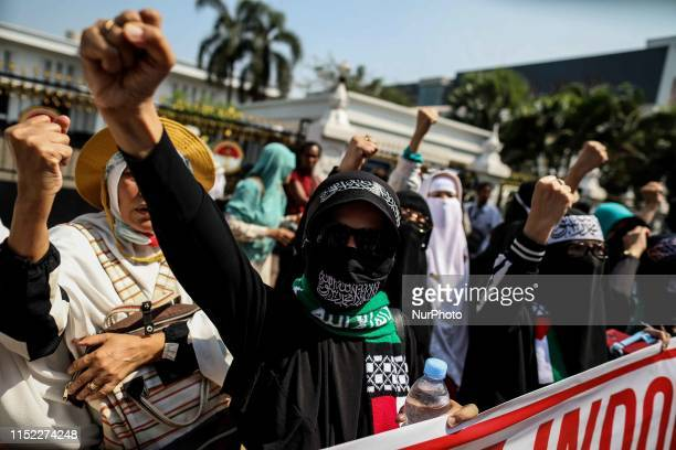 Supporters of presidential candidate Prabowo Subianto take part in a rally near Indonesia constitutional court during the a verdict of challenge to...