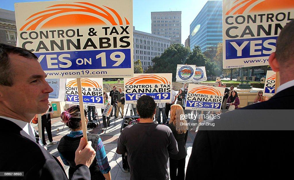 Supporters of Prop 19, a marijuana legalization initiative, rally on the steps of Oakland City hall : Fotografía de noticias