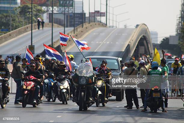 CONTENT] Supporters of the demonstrators arriving near Lumpini at a barricade