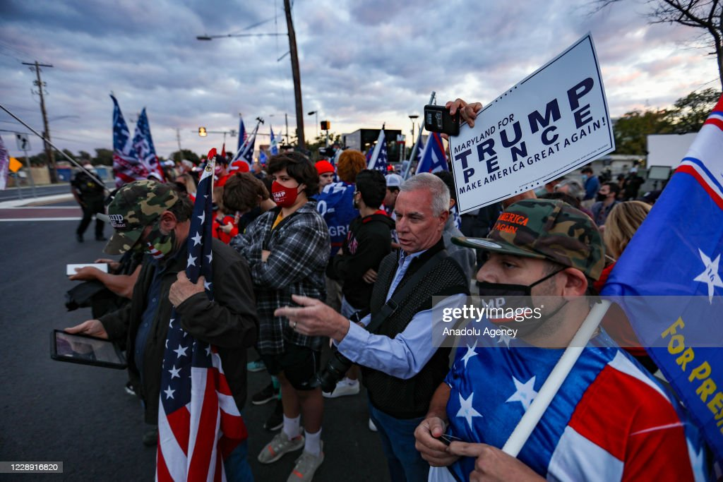 Supporters of President Trump gather outside Walter Reed Medical Center : ニュース写真