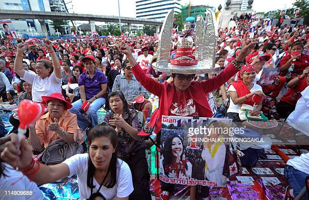 Supporters of Yingluck Shinawatra sister of fugitive Thai exprime minister Thaksin Shinawatra shout slogans during an election campaign rally in...