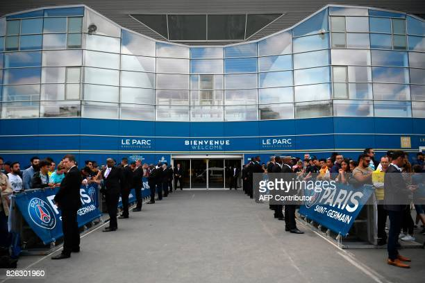Supporters wait for the arrival of Brazilian superstar Neymar, outside the Parc des Princes stadium on August 4, 2017 in Paris, after he landed in...
