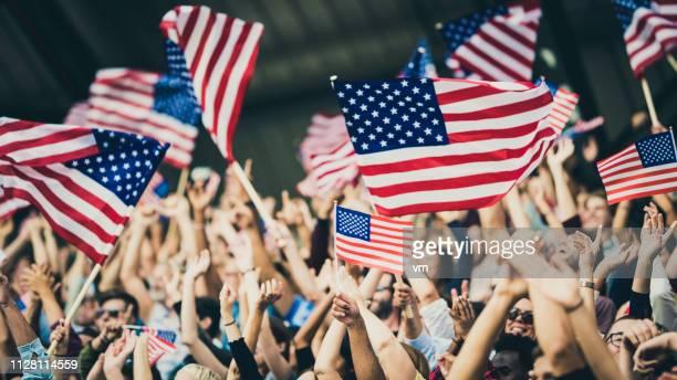 partisans de usa agitant leurs drapeaux - american football sport photos et images de collection
