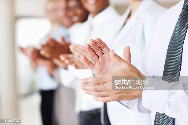 Gens d'affaires applaudir un maintien