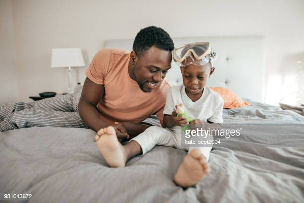 supportive dad - barefoot black men stock pictures, royalty-free photos & images