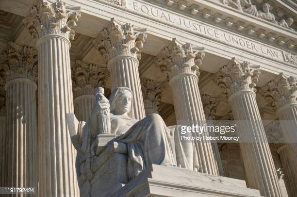 """u.s. supreme court building: statue of contemplation of justice and inscription """"equal justice under law"""" at main west entrance - 新古典派 ストックフォトと画像"""