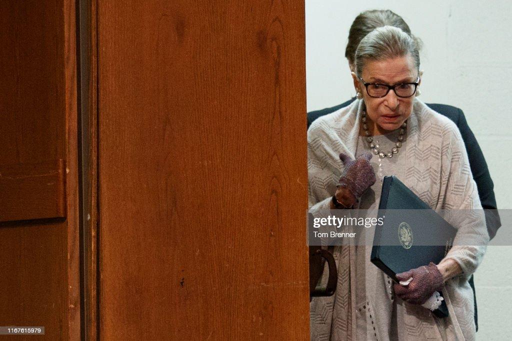 Supreme Court Justice Ruth Bader Ginsburg Delivers Remarks At Georgetown Law : Nachrichtenfoto