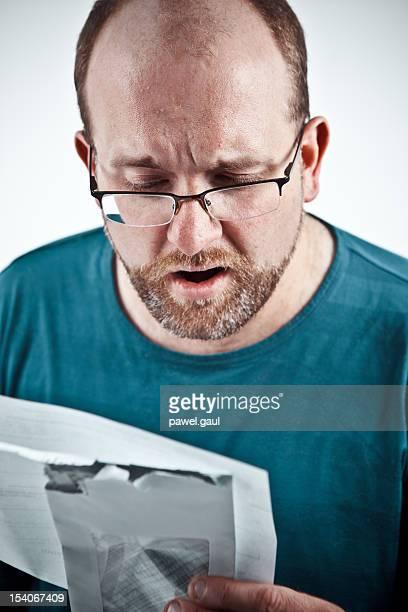 suprised mann mit weit offenem mund halten kreditkartenabrechnung - open source stock-fotos und bilder