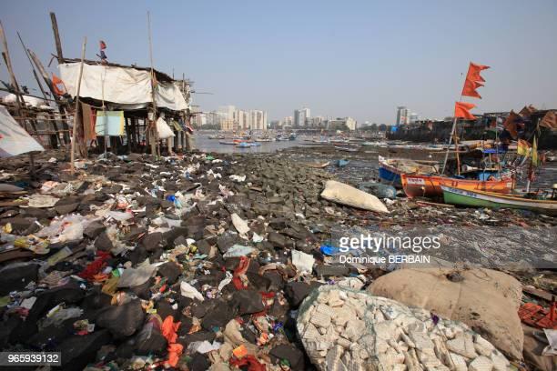 Sur chaque petite plage de la ville des pêcheurs ancrent leur bateau Ces ports sont souvent bord des de bidonvilles ou de villages de pêcheurs...