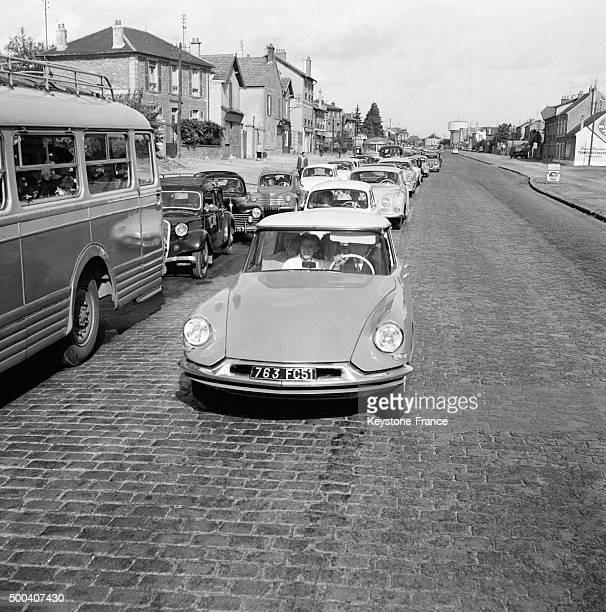 Sur la Nationale 7 file ininterrompue de voiture partant pour la campagne le 18 octobre 1959 a JuvisysurOrge France