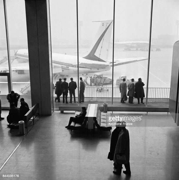 Sur la terrasse de la nouvelle aérogare d'Orly les passagers peuvent regarder les avions décoller et atterrir France le 8 mars 1961