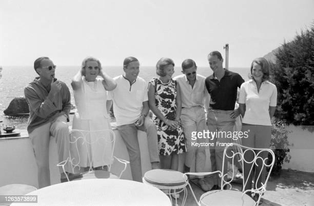Sur la terrasse de leur villa, de gauche à droite, le prince Bernhard, la reine Juliana, Claus van Amsberg et sa femme la princesse Beatrix, Pieter...