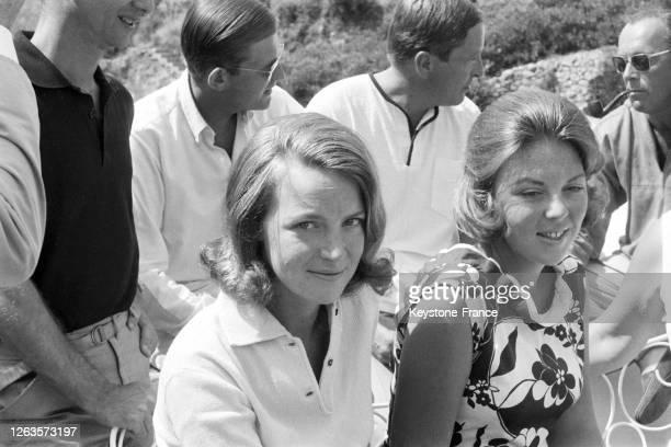 Sur la terrasse de leur villa, la princesse Irène et la princesse Beatrix, debout derrière elle on reconnait debout, Pieter van Vollenhoven, Claus...