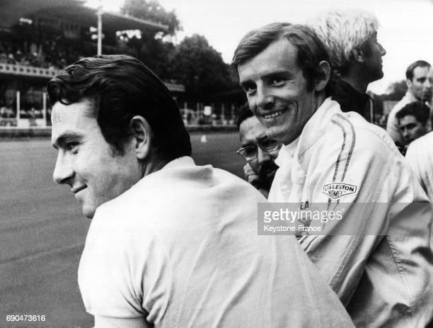 Sur le circuit de Monza JeanClaude Killy photographié avec des amis et techniciens avant de participer aux 1000 kms de Monza Italie en 1968