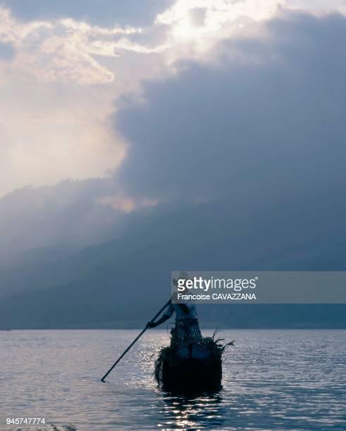 Sur le lac Atitlan, les indiens se d?placent en cayucos, petites embarcations taill?es dans un tronc. Nicolas Frianda de Santiago rentre ? la tomb?e...