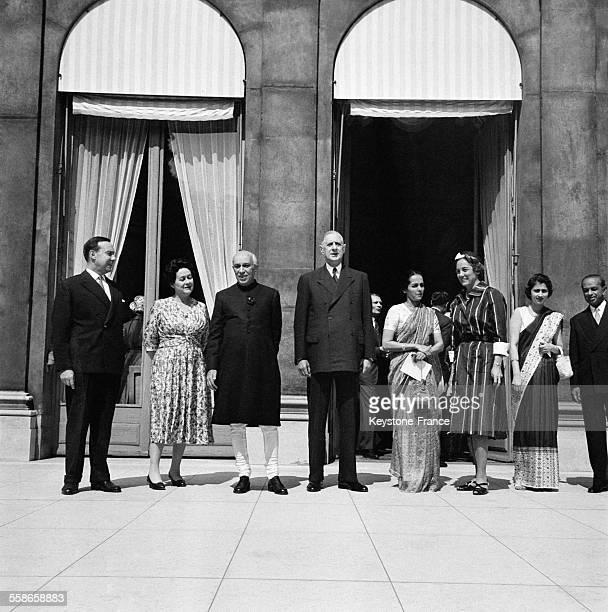Sur le perron du Palais de l'Elysée de gauche à droite Michel Debré Madame de Gaulle Monsieur Nehru le général de Gaulle Madame Slimane Sait épouse...
