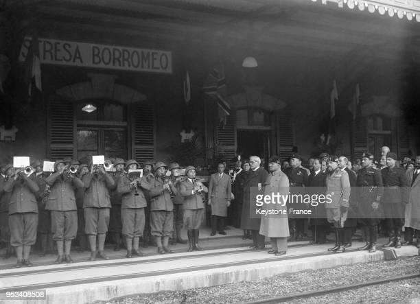 Sur le quai de la gare, Messieurs MacDonald et Mussolini écoutent les hymnes nationaux avant le départ du Premier ministre britannique, à Stresa,...