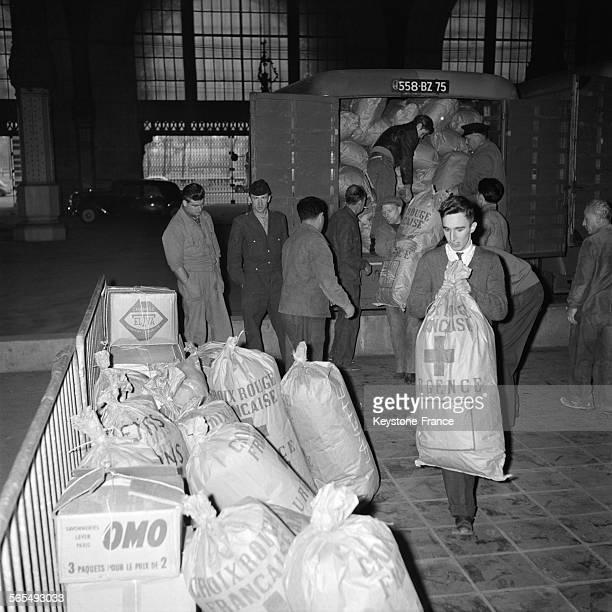 Sur l'initiative de Europe 1 7 tonnes de médicaments destiné aux victimes des émeutes sont livrés à l'aérodrome à Paris France le 31 octobre 1956