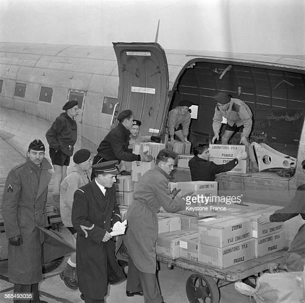 Sur l'initiative de Europe 1 7 tonnes de médicaments destinés aux victimes des émeutes sont chargés dans un avion spécial d'Air France à Paris France...