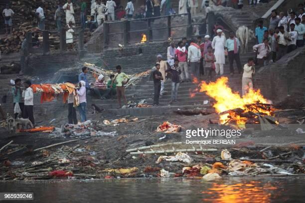 Sur un ghat de Varanasi les corps des défunts sont incinérés le jour même du décès après avoir été immergé dans l'eau du Gange par ses proches le...