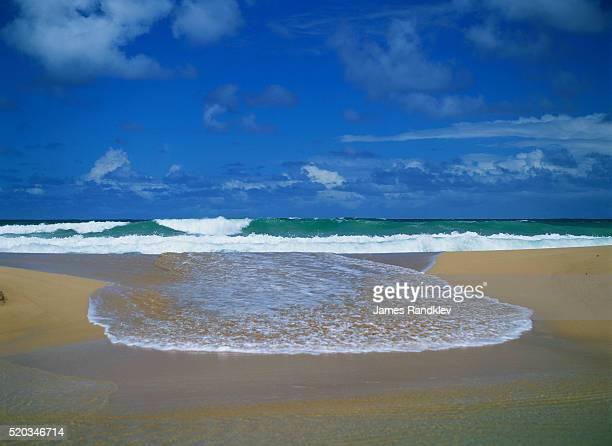 surf braking on kapaa beach - kapaa beach park ストックフォトと画像