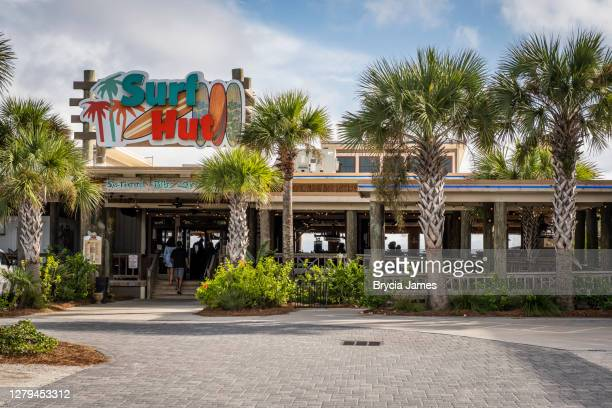 surf hut restaurant in destin - brycia james stock pictures, royalty-free photos & images
