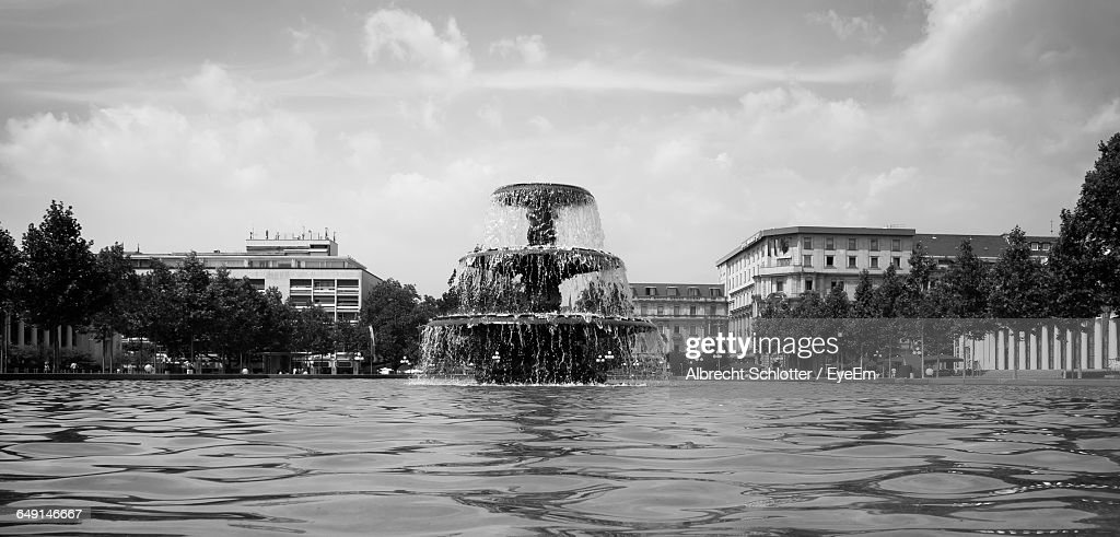 Surface Level Of Fountain In City Against Sky : Stock-Foto