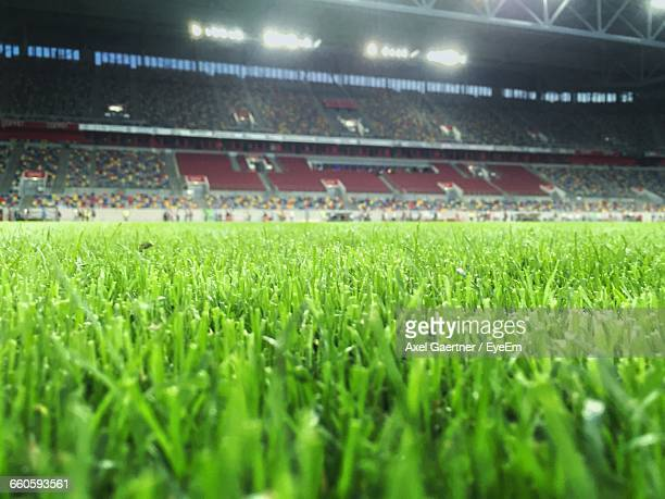 surface level of illuminated soccer field - stadion stock-fotos und bilder