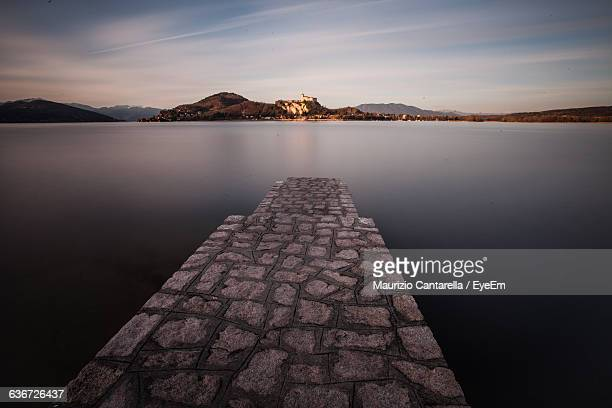 surface level of jetty at calm lake - jetty stock pictures, royalty-free photos & images