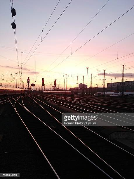 surface level of railway tracks at sunset - roman pretot stock-fotos und bilder