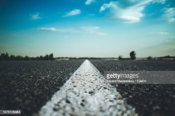 surface level of road against sky - dividing line road marking stock pictures, royalty-free photos & images