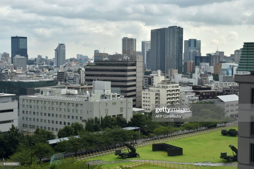 PAC-3 surface-to-air missile launch systems are seen in position at Japan's Defence Ministry in Tokyo on August 29, 2017. Japan's Prime Minister Shinzo Abe on August 29 said North Korea's launch of a missile over its territory was an 'unprecedented, serious and grave threat' as he called for an emergency UN Security Council meeting. / AFP PHOTO / Kazuhiro NOGI