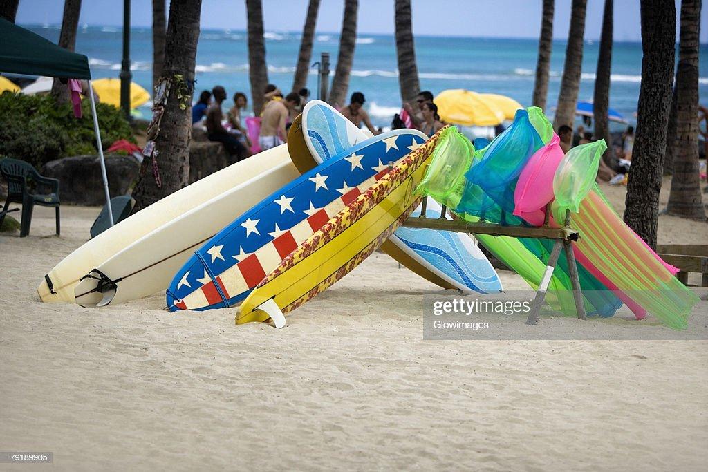 Surfboards and pool rafts on the beach, Waikiki Beach, Honolulu, Oahu, Hawaii Islands, USA : Foto de stock