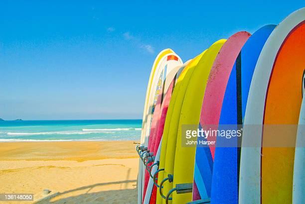 surfboards on beach newquay, corwall - surfboard stock pictures, royalty-free photos & images