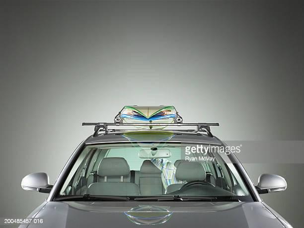 surfboards strapped to roof of car - punto di vista frontale foto e immagini stock
