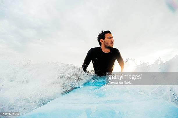 サーファーや波