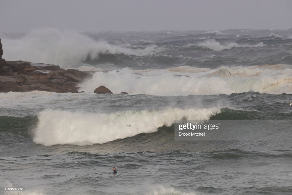 Large Swells Hit Sydney Beaches As Severe Weather Warning Is Issued For NSW Coast : Foto jornalística