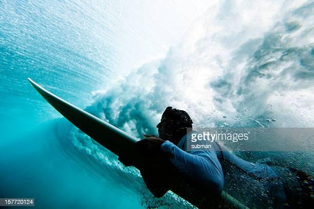 Surfer pato que se sumerge