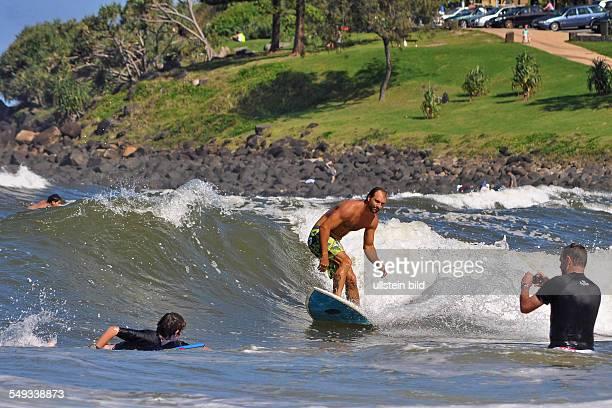 Surfer filmen sich bei kräftigem Wellengang in einer Bucht bei Burleigh Heads an der australischen Goldcoast