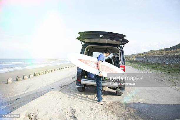 surfer getings ready to go back - yusuke nishizawa stock pictures, royalty-free photos & images