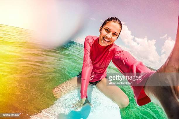 Surfer Mädchen machen eine selfie