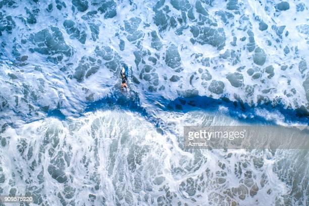 Surfer Mädchen Surfen im Ozean