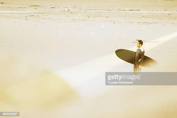 surfer looking at waves - yusuke nishizawa stock pictures, royalty-free photos & images