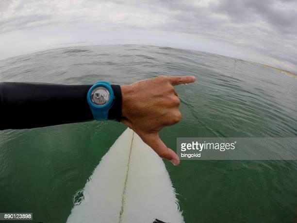 Surfer en regardant montre-bracelet dans la mer (point de vue)