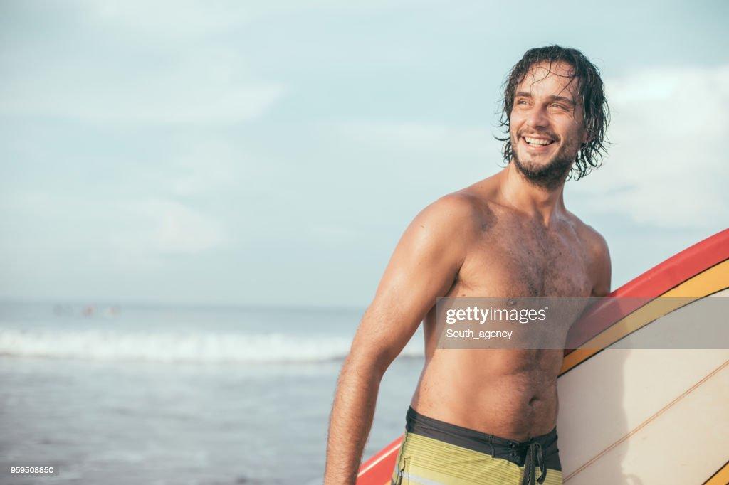 Surfer-Mann am Strand : Stock-Foto