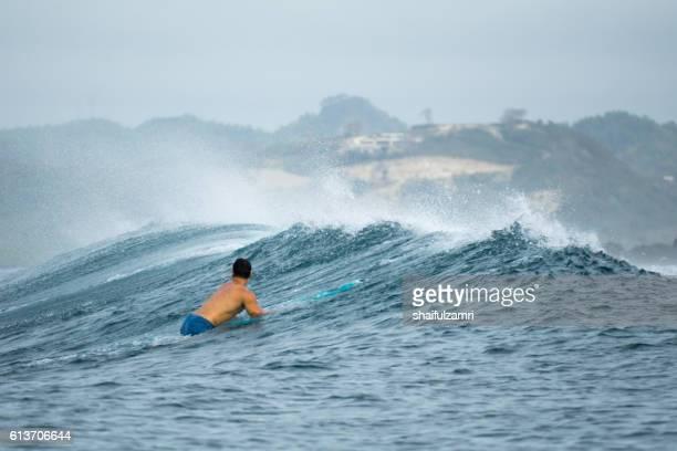 surfer ready to surfing a wave in lombok island, indonesia - shaifulzamri imagens e fotografias de stock